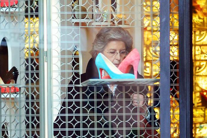 Photo of La moglie di Mario Monti impegnata a fare shopping, alla faccia dei tanti italiani che faticano a tirare avanti
