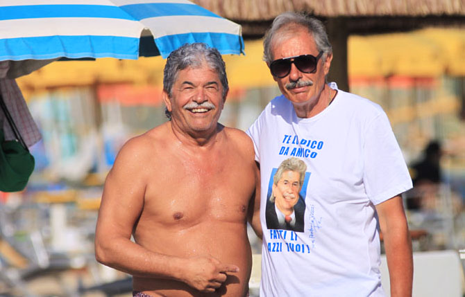 Photo of Antonio Razzi: Spopola, sulle spiagge italiane, la T-Shirt del Senatore più popolare ed amato d'Italia
