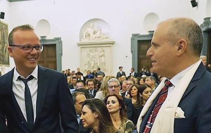Gigi D'Alessio si intrattiene col regista Pierfrancesco Campanella