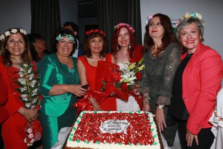 02-maria-pia-cappello-davanti-alla-torta-con-le-amiche