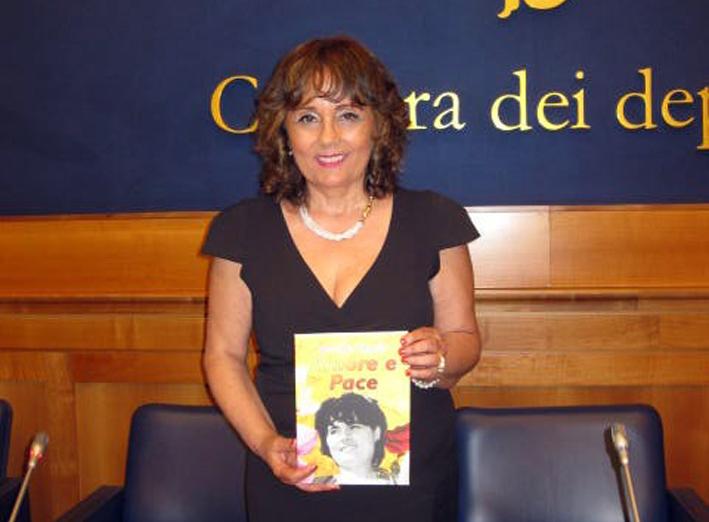 Photo of Maria Pia Cappello: Amore e Pace con Enfasi, Poesia, Storia ed Emozione, nella sala stampa di Montecitorio